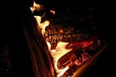 煤炭和跳舞火焰 免版税图库摄影