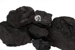 煤炭和金刚石在白色背景 免版税库存照片