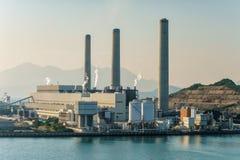 煤炭和以煤气为燃料的南丫岛发电厂在Po Lo Tsui,香港 免版税图库摄影