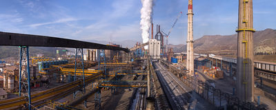 从煤炭塔在焦炭和冶金植物的全景在Kardemir 免版税库存照片