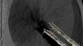 煤炭库存空中英尺长度和运煤机围绕起重机 股票视频