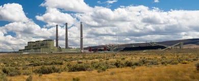 煤炭有煤炭库存的被射击的力量厂 免版税库存照片