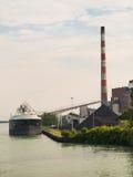 煤炭船卸载 免版税库存图片