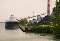 煤炭船卸载 库存照片