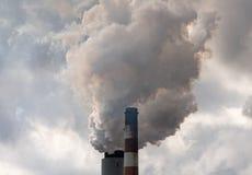 从煤电发电站的烟 免版税库存照片