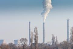 从煤电植物堆的浓烟污染 库存图片