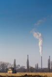 从煤电植物堆的浓烟污染 免版税库存图片
