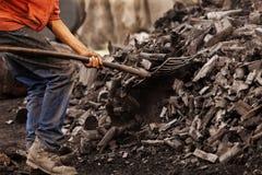 煤矿业工人与铁锹一起使用 免版税图库摄影