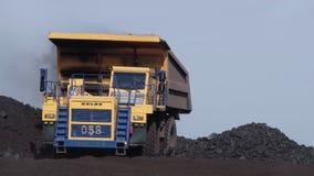 煤矿开采 开采的卡车黄色 影视素材