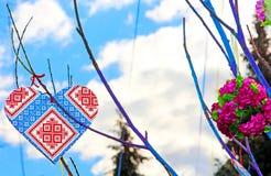 仿照乌克兰vyshyvanka样式的手工制造心脏 免版税库存图片