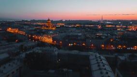 照亮在晚上圣彼得堡,俄罗斯的St Isaak大教堂 城市从上面,电影寄生虫录影,历史 影视素材