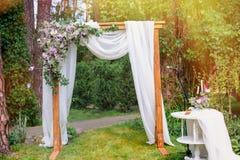 仿照土气杉木夏天公园样式的婚礼曲拱 免版税库存照片