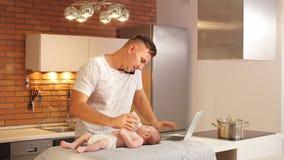 照料他的年轻儿子的年轻父亲 设法立即做几件事 股票录像