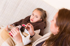 照料病的女儿的妇女 免版税图库摄影