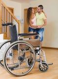 照料者帮助有残障的女孩 免版税库存照片