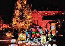 照明在圣诞节市场上在里加在晚上 免版税库存图片