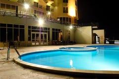 照明晚上池温泉游泳 库存照片