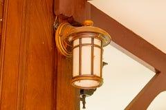 照明的圆的电灯泡在晚上 免版税库存图片