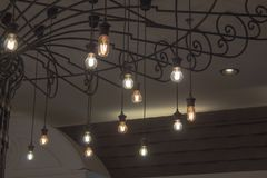 照明的圆的电灯泡在晚上 免版税库存照片