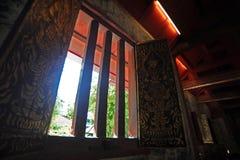 照明设备和阴影在Wat Phra辛哈ubosot  免版税库存照片