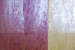 照明设备的强光在威尼斯式膏药的是黄色和红色的 墙壁的装饰涂层 免版税库存照片