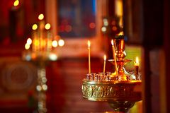 照明设备蜡烛在教会里 免版税库存图片