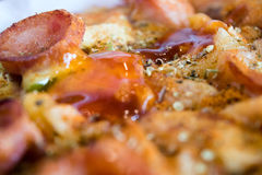 照片、开胃薄饼用香肠,乳酪、蕃茄和mayon 库存照片