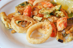 油煎的混杂的海鲜和菜 免版税库存照片