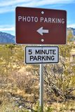 照片停车处标志五周详停车处沙漠风景 库存图片