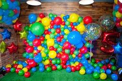照片区域为用明亮的多彩多姿的气球装饰的儿童的生日 免版税库存照片