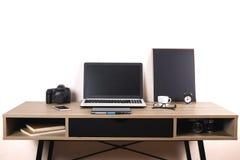 照片博客作者/摄影师/它与膝上型计算机、黑屏、咖啡杯和电子的专家` s典型的办公室空间桌 库存照片