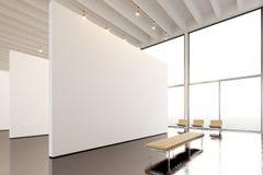 照片博览会现代画廊,露天场所 垂悬当代艺术博物馆的大白色空的帆布 内部顶楼样式 免版税库存图片