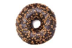 照片唯一巧克力上釉圆环与从上面洒被隔绝的白色背景 顶上的多福饼照片从上面 库存照片