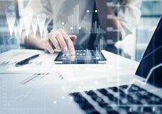 照片妇女手感人的现代片剂 工作新的私人银行业项目办公室的投资管理人员 使用电子 免版税库存图片