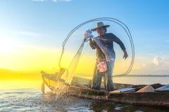 照片射击了从渔夫的水飞溅声,当投掷fishin时 图库摄影