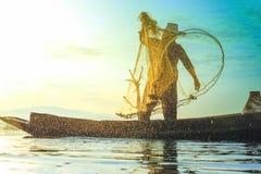 照片射击了从渔夫的水飞溅声,当投掷fishin时 免版税库存图片