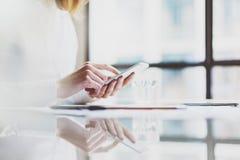 照片工作新的起始的项目现代办公室的帐户经理 握女性手和发短信给消息的当代智能手机 g 库存图片