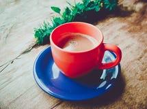 照片描述有bro的一个可爱的五颜六色的明亮的热的咖啡杯 库存照片