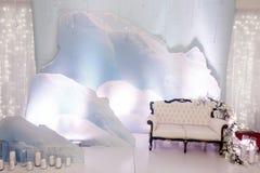 照片摊区域的豪华婚礼装饰 时髦的椅子沙发wi 库存照片