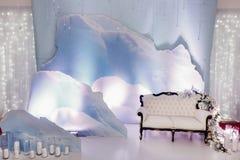 照片摊区域的豪华婚礼装饰 时髦的椅子沙发wi 免版税库存照片