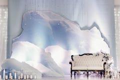 照片摊区域的豪华婚礼装饰 时髦的椅子沙发wi 免版税库存图片
