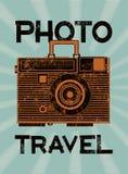 照片旅行 葡萄酒照相机手提箱 减速火箭的难看的东西样式海报 也corel凹道例证向量 免版税库存图片