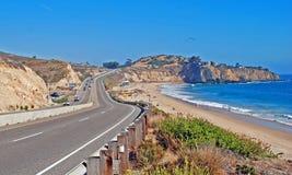 通过El莫罗营地和水晶小海湾地区的太平洋海岸高速公路。 库存图片