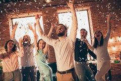 照片最好的朋友的关闭垂悬醉酒的生日唱歌手的跳舞的了不起的时间胳膊培养呼喊她她的手 免版税库存图片