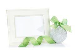 照片框架和圣诞节装饰与丝带 免版税库存图片