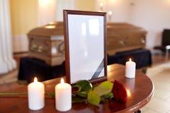 照片框架和棺材在葬礼在教会里 库存图片