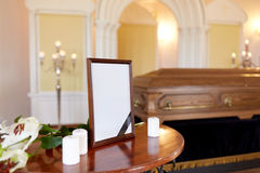 照片框架和棺材在葬礼在教会里 图库摄影