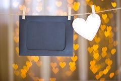 照片框架和白色心脏由毛毡制成 图库摄影