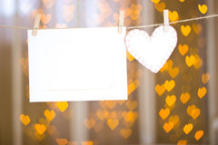 照片框架和白色心脏由毛毡制成 库存图片