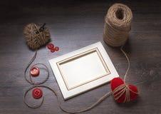 照片框架和handmaded情人节玩具心脏在木背景 与拷贝空间的顶视图 库存图片